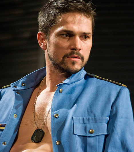 Nagy Zsolt  Korunk egyik legizgalmasabb fiatal színészének tartják az 1976-ban született Nagy Zsoltot, aki színpadon - 2000 óta a Krétakör Színház tagja - és filmen - Kontroll, Intim fejlövés, Team Building, Retúr - is képes bizonyítani tehetségét. 2013-ban ő is szerepelt az HBO magyar sorozatában, a Terápiában. A piszkosul jóképű sztár már három kisgyerkőc édesapja.