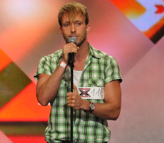 A 29 éves Szabó Dávid gyerekszínészként több musicalben közreműködött. 2004 tavaszán debütált Mercutióként a Rómeó és Júlia című musicalben. Ebben az évben a színházhoz szerződött, miután megkapta a Magyar Színész Kamarától a felsőfokú színészi képesítést. Az X-Faktor harmadik évadában a döntőbe jutott, a nyolcadik adásban esett ki.