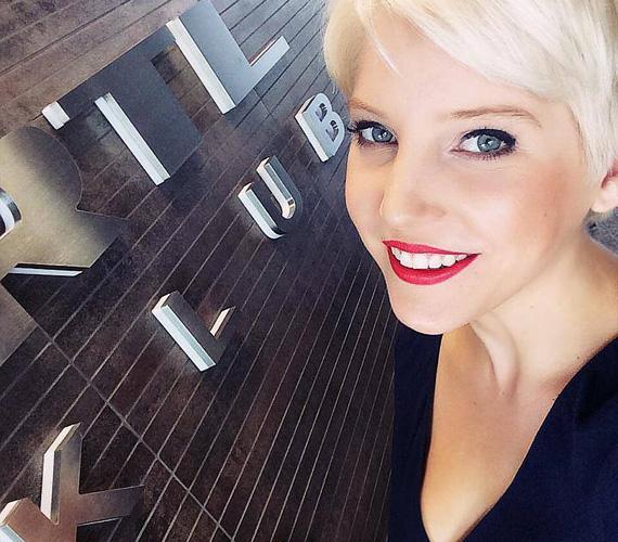 Szabó Zsófi öt évig játszotta a Jóban Rosszban sorozatban Betty Tanakist. A színésznő szerdán jelentette be hivatalosan, hogy otthagyta a TV2-t, és az RTL Klubhoz igazolt. Azt még nem tudni, pontosan milyen feladatokat kap majd a csatornánál, mindenesetre annyit elárult, hogy nem csupán tíz percre fog felbukkanni. Az aktív Facebook-életet élő sztár már posztolta is az első fotót az RTL Klub székházából.