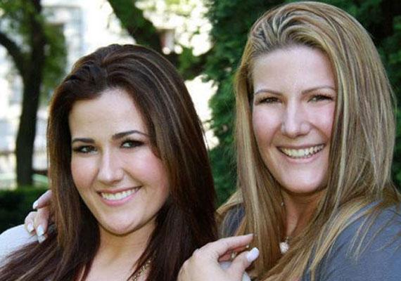 Janicsák Vecának a 2010-es X-Faktor végeztével nővére, a pár évvel idősebb Regina lett a menedzsere. 2011 tavaszán a két testvér közösen szépségszalont is nyitott, és nemcsak külsőleg, de belsőleg is nagyon hasonlítanak egymásra.