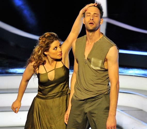 Szinetár Dóra még be sem töltötte a 18-at, amikor feleségül ment a nála 20 évvel idősebb Lőcsei Jenő Liszt Ferenc-díjas balett-táncoshoz. Második férje Bereczki Zoltán színész volt, akivel 2012 nyarán jelentették be, hogy elválnak. Vőlegénye, Makranczi Zalán, szintén színész.