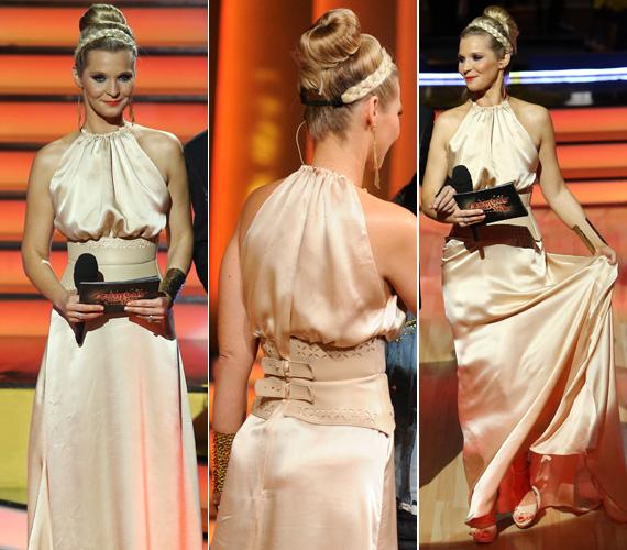 Lilu a RTL II Szombat Esti Láz című műsorában az Elysian divatház krémszínű estélyi ruhájában, kontyba tűzött hajával és hajfonatot utánzó hajpántjával úgy nézett ki, mint egy görög istennő. Nézd meg a többi ruháját is!