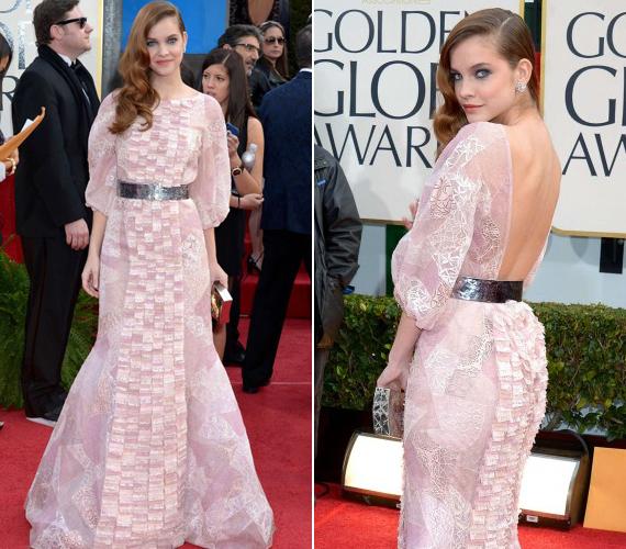 Palvin Barbarát nagy megtiszteltetés érte: ő is meghívót kapott a 2013-as Golden Globe-díjátadóra. Rózsaszín Chanel ruhájában lenyűgözően festett, még egy kicsit villantott is benne.
