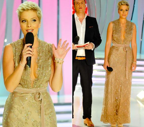 Tatár Csilla a TV2 A Szépségkirálynő című műsorát vezette a Dalaarna szalon egy merészen dekoltált estélyi ruhájában. A Benes Anita által megálmodott köldökig kivágott darab egyszerre volt szexi és elegáns. Még több fotó itt »