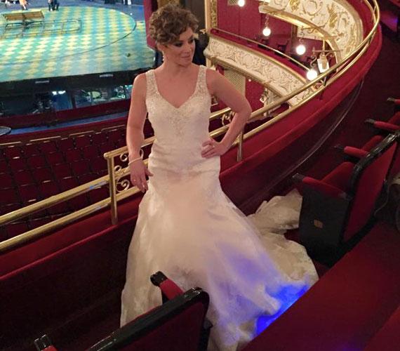 A színésznő a fotózáson a saját jegygyűrűjét viselte, azt az ő és Makranczi Zalán családtagjainak nem használt gyűrűiből készítették.