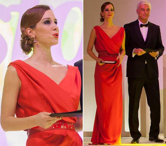 Demcsák Zsuzsa a 2015-ös Story-gála női műsorvezetője a Maison Marquise idei évi tavaszi-nyári kollekciójából választott egy piros estélyit. A Tóth Bori kreációja remekül állt neki.