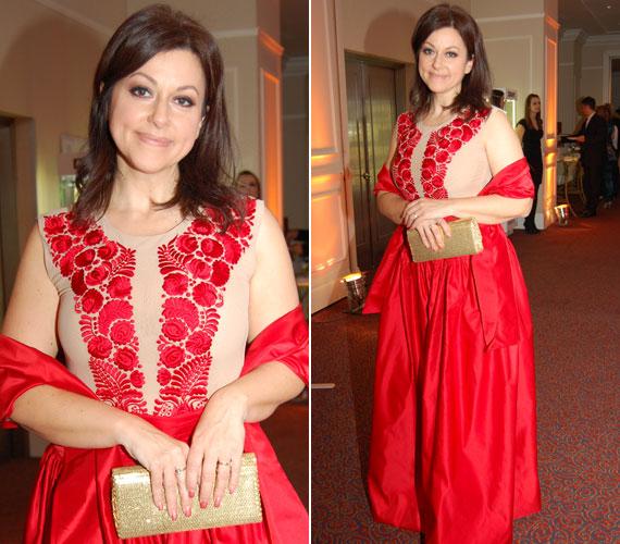 Erdélyi Mónika műsorvezető ugyancsak a Story-gálán viselte ezt a matyó mintás darabot, amelyet az énekesnő, Csézy tervezett.