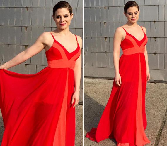 Szinetár Dóra ritkán látható olyan nőies ruhákban, mint ez a tűzpiros, lenge darab.