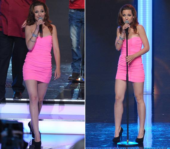 Rózsaszínt már máskor is választottak neki a stylistok. Ez a ráncolt miniruha alul-felül nagyon rövidke volt.