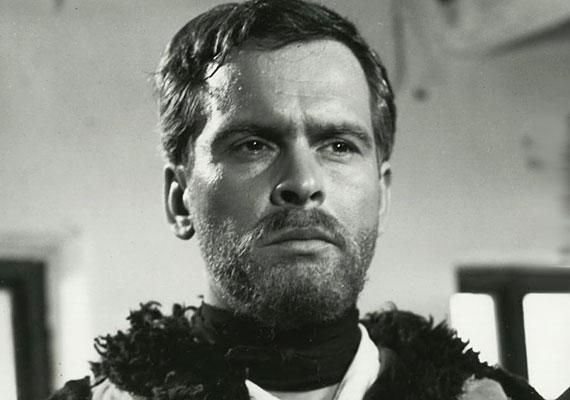 Latinovits Zoltán nem véletlenül vált a magyar filmjátszás színészóriásává, drámai alakításai, vonzó külseje egyaránt segítették ebben. Legendás szerelme Ruttkai Évával pedig mindig érdekelte a közönséget, így gyakorlatilag folyamatos közfigyelemben éltek. Az Aranyemberben és az Egri csillagokban te is viszontláthatod a karakteres színészt.