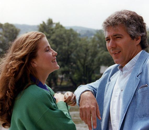 Alma - Fehér Anna - a sorozat kezdetén még stewardessként dolgozott, ekkor volt szerelmi kapcsolata Dezirével - Kovács István -, akivel hol összejöttek, hol szétmentek. A sorozat folyamán a férfi még néhányszor váratlanul felbukkant.