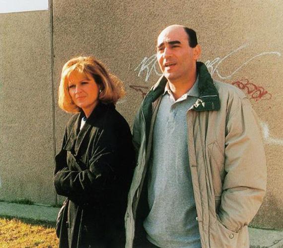 Mágenheim János mentőorvosként dolgozott, míg felesége, Juli kozmentikus volt. Két lányt neveltek, Julcsi a sorozat kezdetekor már iskolás, míg Flóra csak 1998-ban született. Frajt Edit igazi kislánya, Nicsovics Franciska játszotta a lányát a sorozatban. Kulka János pedig egy interjúban elárulta, éppen ki akart szállni a szériából, amikor kiderült sorozatbéli felesége terhessége, így végül maradt.