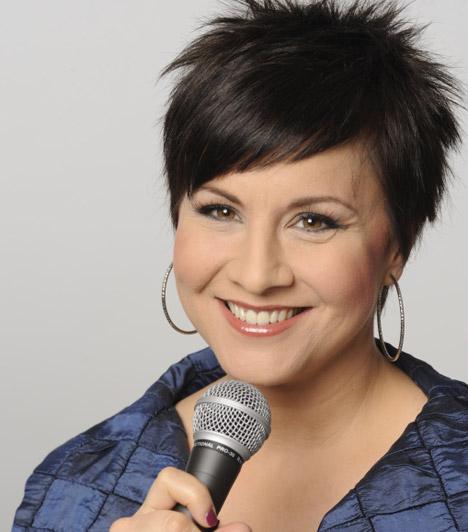 Ábel Anita                         Az 1987-ben indult Szomszédok hűséges nézői végigkövethették, ahogy Ábel Anita - karakterével, Julcsival együtt - cserfes tiniből ifjú hölggyé cseperedett. 12 éves korától 24 évesig szerepelt a sorozatban. Az RTL Klub reggeli és déli beszélgetős műsorainak műsorvezetője is volt, majd 2012 tavasza óta a Heti Hetesben szerepel. 2005-ben férjhez ment Fekete Krisztiánhoz, lánya Anna Luca 2008-ban született meg.                         Kapcsolódó cikk:                         Ilyen volt, ilyen lett: Ábel Anita