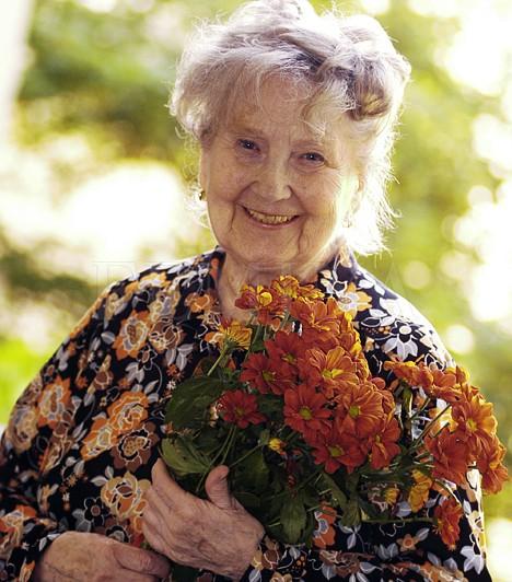 Komlós Juci  A kedves arcú színésznőt a Szomszédok Lenke nénijének szerepében egy egész ország a szívébe zárta, hiszen neki mindig volt egy kedves szava a panelház lakóihoz. A színésznő 2011. április 5-én hunyt el.  Kapcsolódó cikk: 92 évesen elhunyt Komlós Juci, a Szomszédok Lenke nénije »