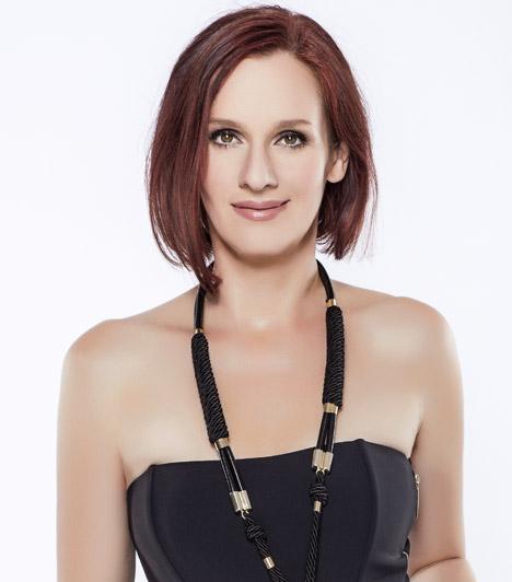 Malek Andrea  Malek Andrea karrierje énekesnőként indult, de országos ismeretségre kétségkívül a Szomszédoknak köszönhetően tett szert. A népszerű teleregényben Eszter mentőgyakornokot alakította Kulka János mellett, és a fehérköpenyes Ádámot bizony nem hagyta hidegen a bájos segéd. Az 1968-as születésű színésznő 2009-ben hozzáment Walter Lochmann osztrák karmester-zeneszerzőhöz, kislányuk, Léna 2011 januárjában jött a világra. Két tizenéves fia is van, Gábor és Péter.  Kapcsolódó cikk: Ilyen volt, ilyen lett: Malek Andrea