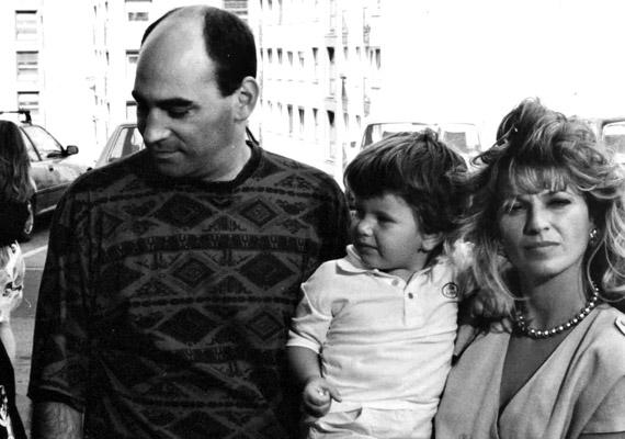 Az 1987-ben indult Szomszédok volt az első olyan magyar sorozat, ami a nézők életének részévé vált. A benne szereplőket azonosították szerepeikkel, így Kulka Jánost és Frajt Editet, vagyis a Mágenheim házaspárt is. Volt is nagy közfelháborodás, amikor a fiatal Malek Andrea szerepe szerint viszony kezdett a doktorral.