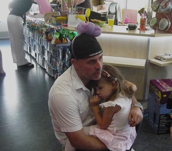 Dopeman kislánya, Fanni kicsit el is pilledt a nagy játékban, apukája védelmező ölében pihente ki a fáradalmakat.
