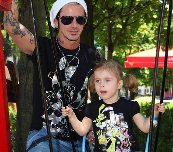 A Hooligans tetovált dobosa, Kiss Endi a hároméves, szöszi Kiarával látható a fotón, de a rockernek egy ötéves lánya is van, Bogi, sőt, kedvesével már a harmadik babájukat várják!