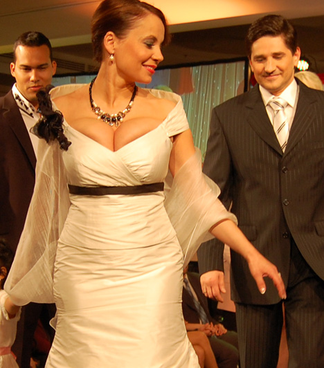 Csisztu Zsuzsa  A műsorvezető egy jótékonysági divatbemutatón bújt bele a kelleténél egy számmal talán kisebb darabba.