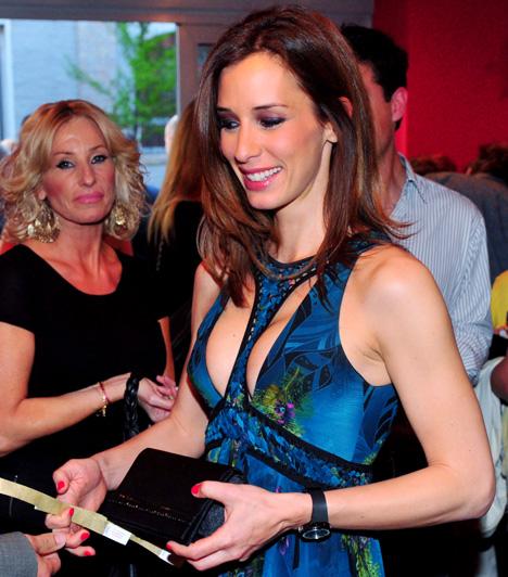 Demcsák Zsuzsa  A TV2 többnyire visszafogottan stílusos öltözékeiről ismert műsorvezetője is bevállalt egy vadító darabot egy estélyen.