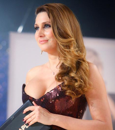 Horváth ÉvaA modell és műsorvezető nőies idomait sokan irigylik, a VIASAT3 A címlaplány című műsorában 2013 tavaszán egy igencsak zavarva ejtő estélyit sikerült választania.