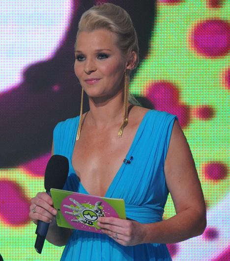 Lilu  Az RTL Klub szőke szépsége a ValóVilág5 döntőjében lépett színpadra ebben a mélyen dekoltált ruhában.