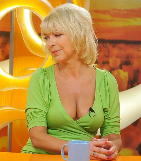 Nyertes Zsuzsa  A színésznő közel a 60-hoz is kirobbanó formában van, dekoltázsával a Csak csajok egyik nyári műsorában keltett nagy feltűnést.