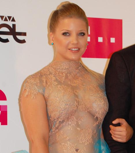 Szabó ZsófiA Jóban Rosszban színésznője a 2013-as VIVA Comet-gálán átlátszó csipke felsőjében kiérdemelte az est legtöbbet mutató sztárja címet.