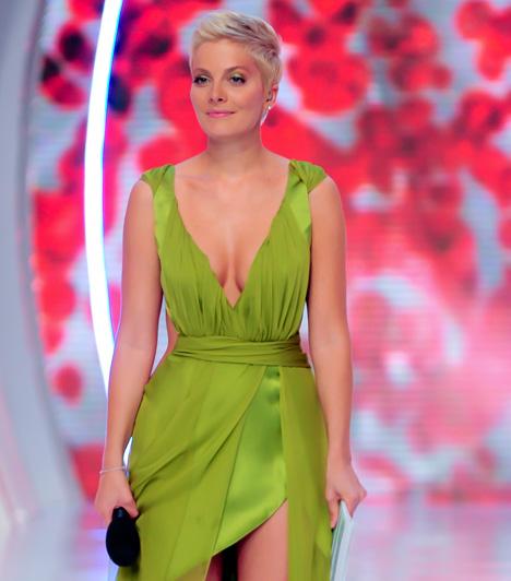 Tatár CsillaA Mokka műsorvezetője A szépségkirálynő című műsor döntőjében viselte a merészen dekoltált estélyit.