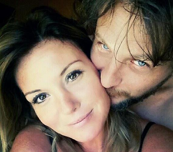 Liptai Claudia augusztus végén tette közzé ezt a bensőséges fotót: akkor még nem lehetett tudni biztosan, később azonban kiderült, a sármos férfi egy színész, és ő Claudia új párja.