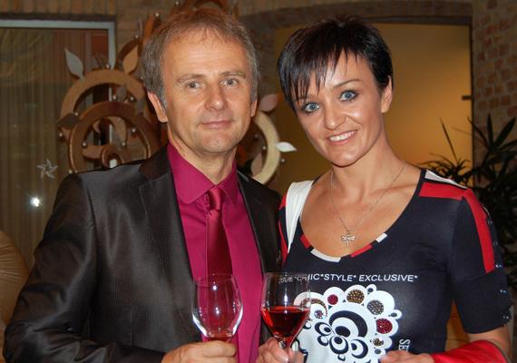 Szandi és Bogdán Csaba kapcsolata igazi love story, ugyanis az énekesnő csak 16 éves volt, amikor egymásba szerettek - és 16 év volt köztük a korkülönbség, az Első Emelet gitárosának javára. Hét év együtt járás után összeházasodtak, idén ünnepelték a 16. házassági évfordulójukat!
