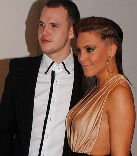 Bencsik Tamara és barátja                         Bencsik Tamara szexi kivágott ruhát viselt, kedvese pedig a klasszikus fekete-fehér összeállítást választotta.