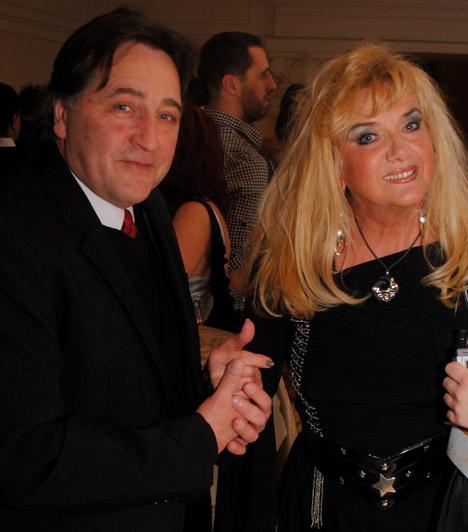 Karda Bea és párja                         Karda Beát kedvese, Laci kísérte el a gálára, mindketten a fekete mellett döntöttek, melyhez az énekesnő ezüst kiegészítőket választott.