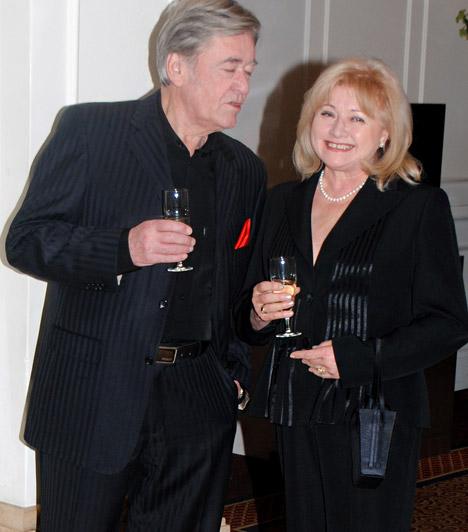 Koós János és Dékány Sarolta  Az 1971 óta férj és feleségként élő sztárok összeszokott párost alkotnak, ez látszott a ruhájukon is: Koós János fekete öltönyt és inget, felesége ugyancsak sötét színű nadrágkösztümöt viselt a Story gálán.