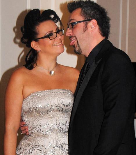 Rákóczi Feri és feleségeA népszerű műsorvezető kedélyesen pózolt feleségével a fotósok kereszttüzében - még a szemüvegük is összeillett.