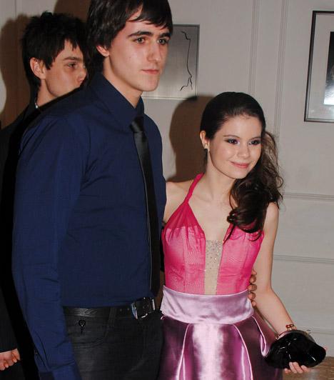 Szabó Kitti és partnere  A Barátok közt fiatal színésznője különleges, rózsaszín-lila, gyöngyökkel díszített koktélruhában jelent meg, kísérője sötétkék ingben volt.  Kapcsolódó címke: Barátok közt »
