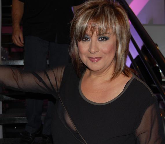 A 48 éves színésznő fiatalos frizurával állt a kamerák elé, míg sminkje igazán dívásra sikeredett. Ha kíváncsi vagy, mivel volt a DTK Show vendége, kattints ide »