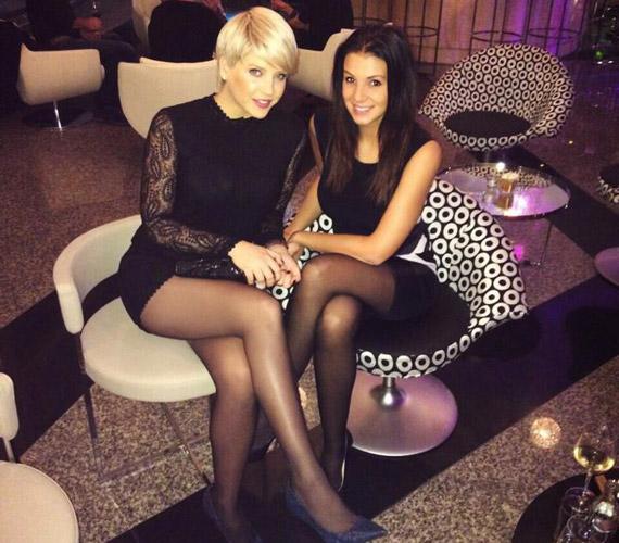Szabó Zsófi és Sarka Kata természetesen a 2014-es év utolsó napjait is együtt töltötték - ezúttal az RTL műsorvezetőjének a ruhája volt rövidebb.