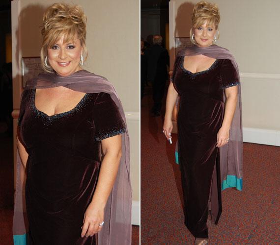 Február 1-jén, a Story-gála háziasszonyaként egy mélybordó, a szegélyénél apró kövekkel csillogó ruhát viselt.