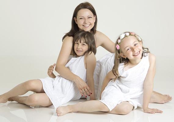 A TV2 híradósa, Azurák Csaba szintén két bájos kislány apukája, Zsófi és Hanna is már iskolába járnak.