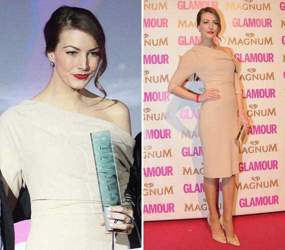 A life.hu sztárja lett az év műsorvezetője. A Glamour-gálán sugárzóan szép volt testhez simuló, bézs ruhájában.