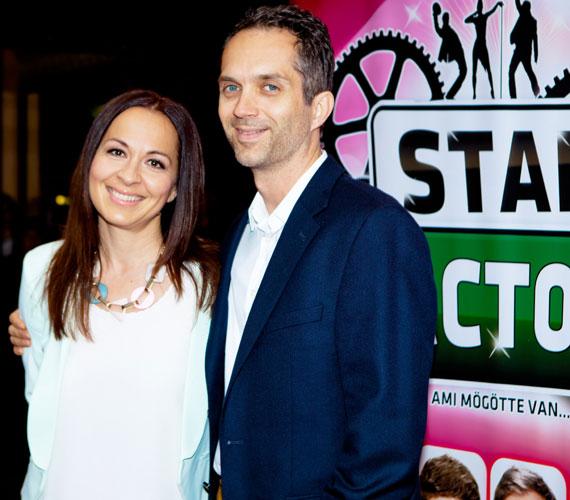 Szekeres Adrien énekesnő férjével, Kiss Gábor zeneszerzővel vett részt a bemutatón.
