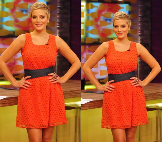 A narancsszínű, pöttyös ruhában álló helyzetben nincs semmi feltűnő, hacsak élénk színét nem vesszük annak.