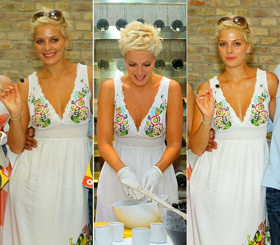 Ezt a magyaros hímzésekkel díszített fehér ruhát a legnagyobb kánikulában, július közepén viselte egy spanyol ételeket népszerűsítő eseményen.