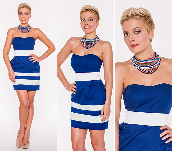 A kék-fehér, tengerész stílusú, pánt nélküli ruhához feltűnő, színes nyakláncot és drapp magassarkút párosított.