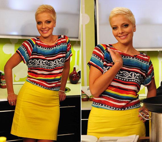 A csíkos póló és a citromsárga szoknya szintén divatos és egyben kényelmes szerelést eredményez.