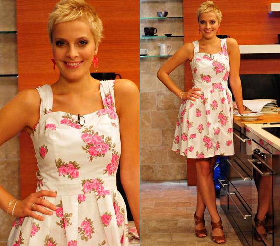 A szőke szépség romantikus hangulatú, fehér alapon rózsaszín mintás ruhájában is igazán elbűvölően festett.