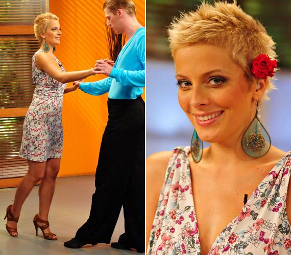 Tatár Csilla szereti a változatos szabásvonalat: V-kivágású miniruhájában táncra is perdült, frizuráját piros virággal tette különlegessé.