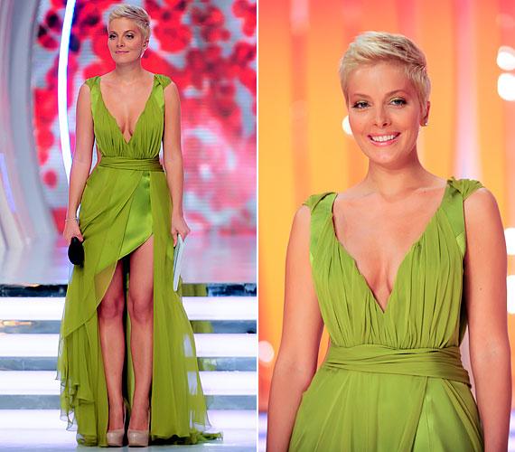 A zöld ruha mély dekoltázsa és combközépig felsliccelt fazonja miatt is vonzotta a tekinteteket.