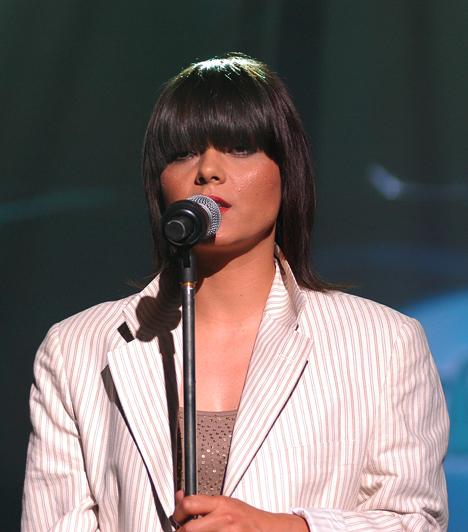 Oláh Ibolya  Oláh Ibolya autodidakta módon kezdett el énekelni és gitározni, rekedtes hangjának és szuggesztív előadásmódjának köszönhetően pedig a Megasztár 1 második helyezettje lett. Negyedik szólólemeze 2011-ben jelent meg Nézz vissza címmel.